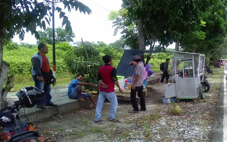 Pedagang kaki lima di lokasi gerbang kompleks perkantoran Pemkab Pulang Pisau