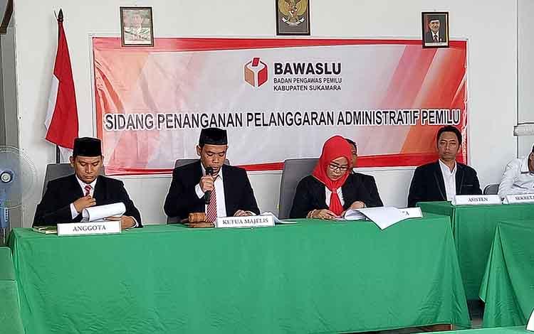 Ketua Bawaslu Sukamara saat membacakan putusan sidang penanganan pelanggaran administratif pemilu 2019.