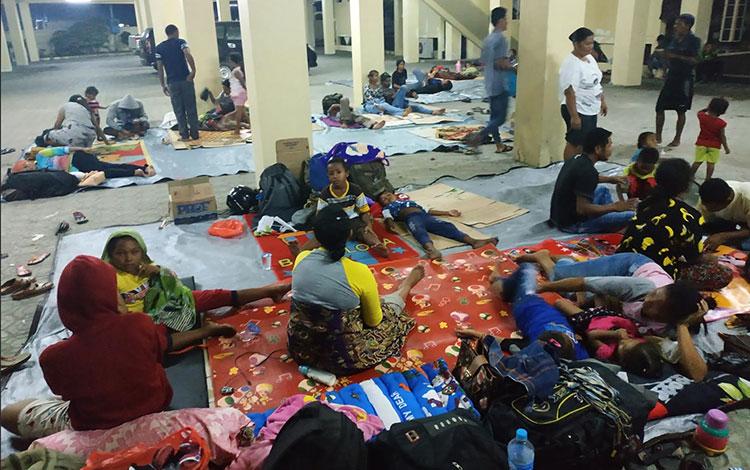 Para karyawan PT BAK yang terpaksa tidur di kantor DPRD