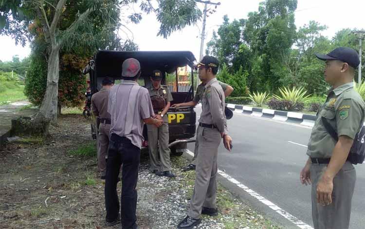 Anggota Satpol PP Pulang Pisau memberikan imbauan kepada para pedagang