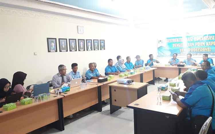 Rapat restrukturisasi jajaran pegawai PDAM Kapuas, Selasa (12/2/2019).