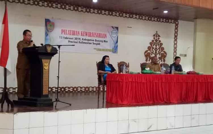Kepala Dinas Transmigrasi, Tenaga Kerja, Koperasi dan UKM Kabupaten Gunung Mas (Gumas) Letus Guntur menyampaikan sambutan.