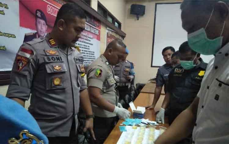Kabag Ops Polres Kotim AKP Boni Arifianto bersama jajaran saat melakukan tes urine terhadap para perwira.