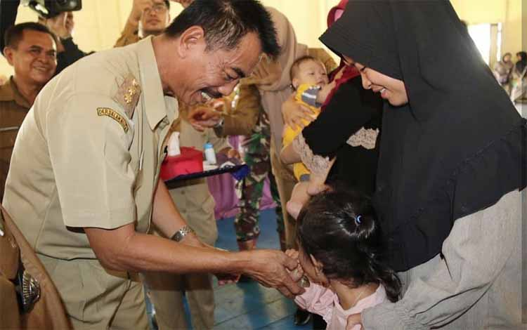 Wakil Bupati Barito Utara Sugianto Panala Putra memberikan vitamin A kepada anak