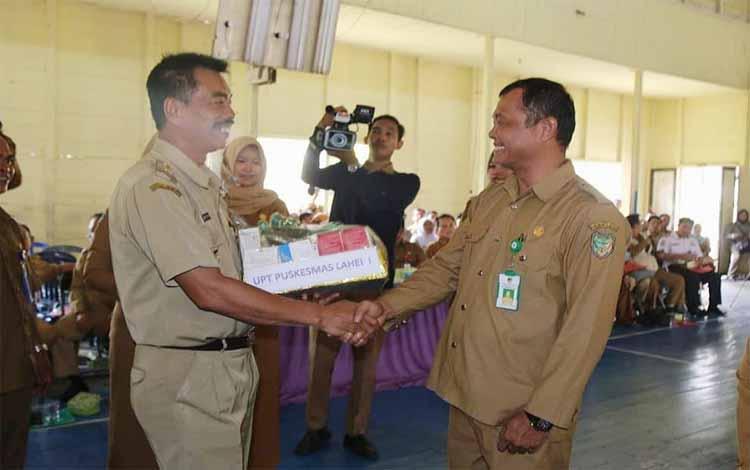 Wakil Bupati Barito Utara Sugianto Panala Putra menyerahkan perlengkapan kesehatan kepada perwakilan Puskesmas Lahei