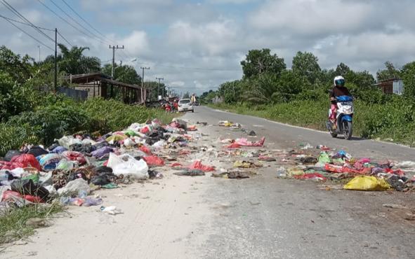 Tumpukan sampah di Jalan Tatas, RT 26,  Kelurahan Baru-Kecamatan Arut Selatan,Kabupaten Kotawaringin Barat, Selasa (12/2/2019).