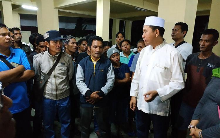 Para karyawan saat menyampaikan keluhan dan penderitaan yang dialami kepada Bupati Barito Utara