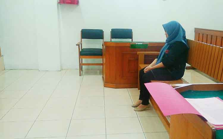 Terdakwa Intan saat menjalani persidangan di Pengadilan Negeri Palangka Raya.