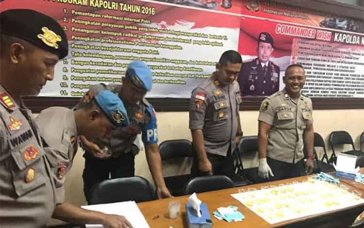 Kabag Ops Polres Kotim saat memantau langsung tes urine terhadap para perwira.