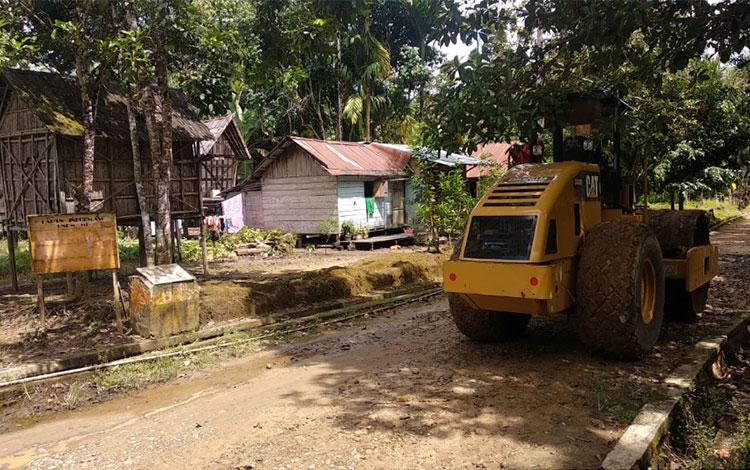 Perbaikan jalan di Desa Batu Tambun yang dilakukan oleh pihak PT Sawit Mandiri Lestari