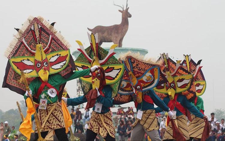 Tampak para penari (bukung) saat tampil pada Festival beberapa waktu lalu.