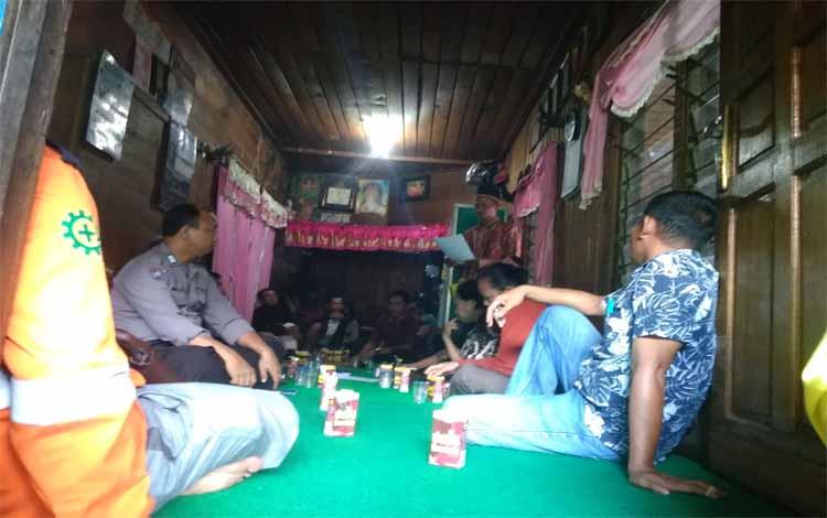 Mediasi warga dan PT SEM di rumah Damang Paju Epat