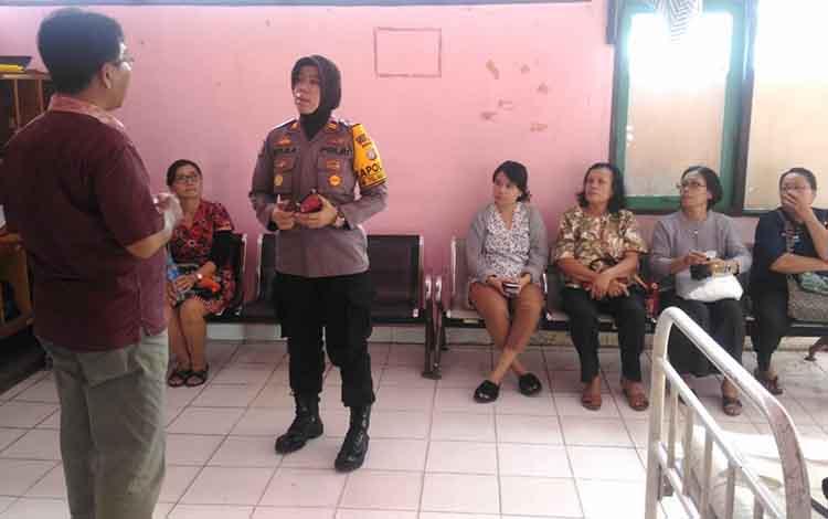 Kapolsek Kapuas Hilir Iptu Siti Rabiyatul Adawiyah saat berkoorinasi di ruang jenazah RSUD Kapuas, Rabu (13/2/2019)
