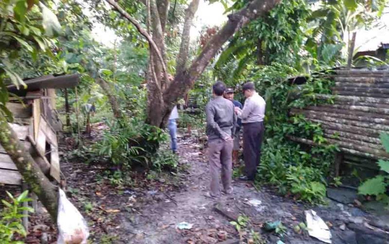 Polisi memeriksa lokasi gantung diri.