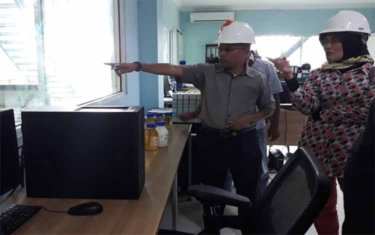 General Manager Operation Downstream PT CBU, Sumali menunjukkan ruang kontrol pengolahan CPO di Temp