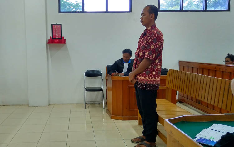 Mar alias Dik, mendengar amar putusan Majelis Hakim saat persidangan di Pengadilan Negeri Palangka Raya.