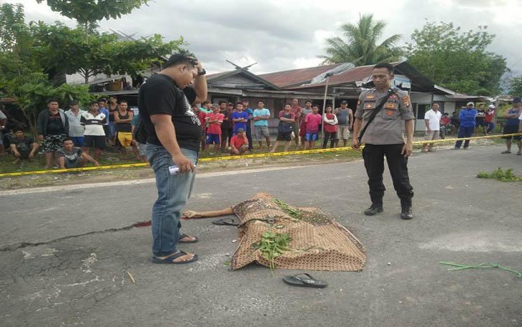 Polisi melakukan olah TKP di lokasi pembunuhan di Kabupaten Gunung Mas