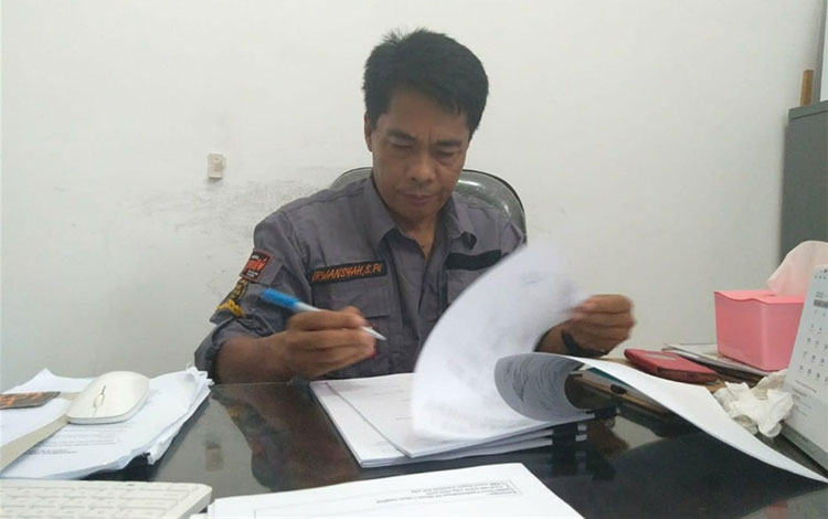 Ketua KPU Lamandau Irwansyah, saat menandatangani Formulir Model A5- KWK,