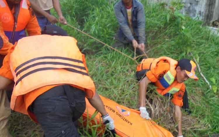 Jenazah korban saat dievakuasi tim gabungan pada Rabu (21/2/2019) sore lalu.