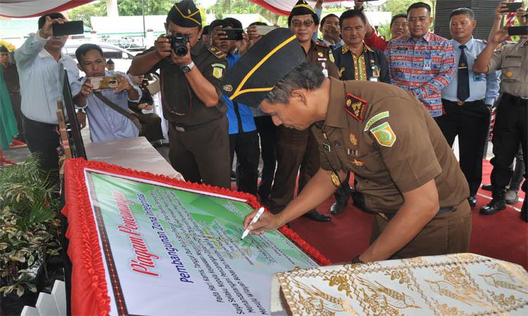 Kepala Kejaksaan Negeri Palangka Raya menandatangani pencanangan pembangunan zona integritas menuju WBK dan WBBM