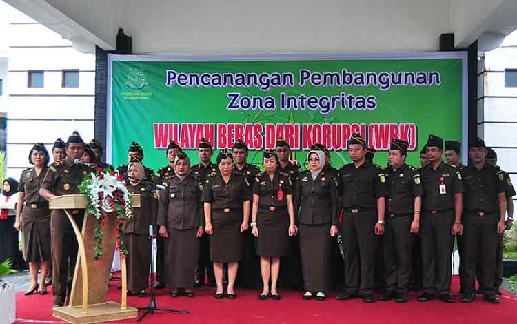 Kajari Palangka Raya Zet Tadung All berserta jajaran membacakan komitmen pakta integritas, Kamis (21/2/2019).