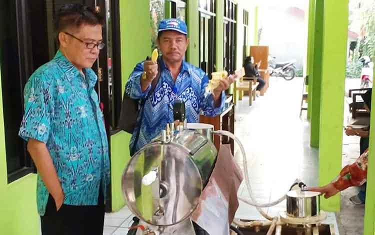 Kepala Dinas Pertanian Barito Utara, Ir Setia Budi saat mencoba mesin pembuat keripik dengan bahan cempedak.