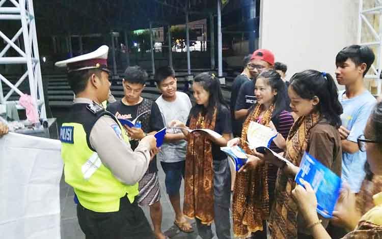 Anggota Satlantas Polres Barito Utara saat mensosialisasikan peratuuran berlalu lintas kepada anak-anak sanggar tari