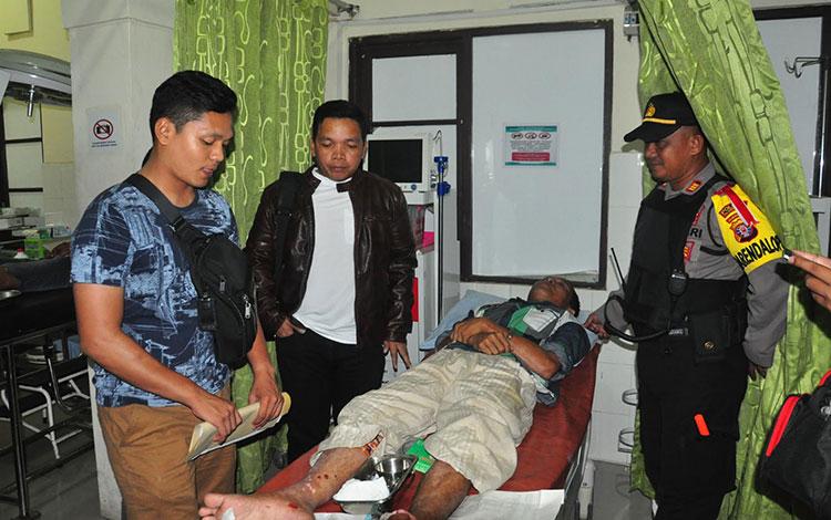 Kapolres Palangka Raya, AKBP Timbul RK Siregar melihat kondisi pelaku R di IGD RS Bhayangkara.