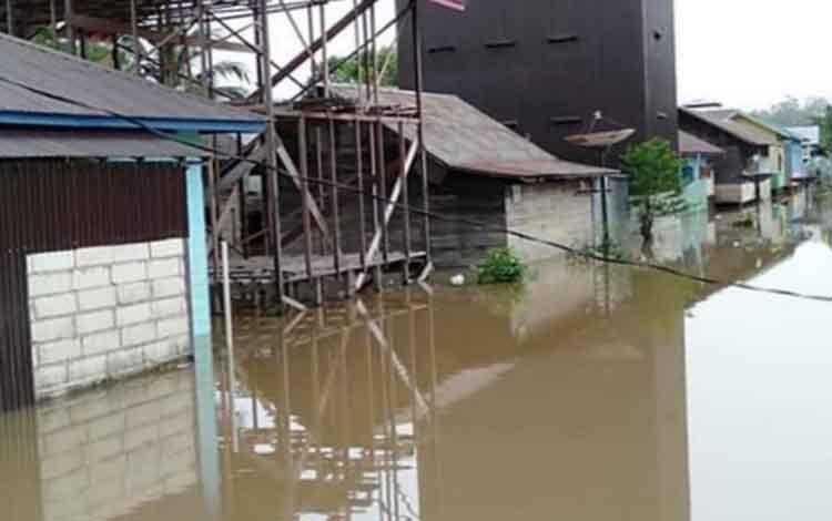 Banjir akibat luapan air Sungai Katingan di Desa Samba Bakumpai.