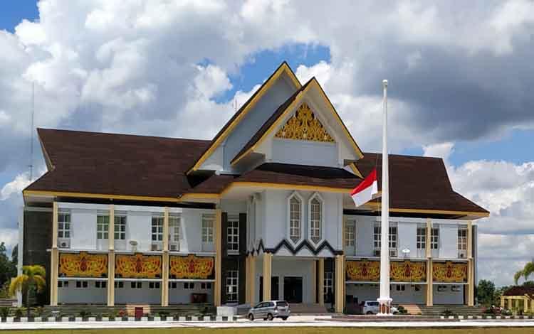 Pengibaran bendera merah putih setengah tiang di halaman Kantor Bupati Pulang Pisau, Selasa (26/2/2019).