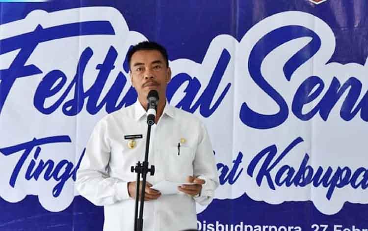 Wakil Bupati Barito Utara Sugianto Panala Putra ketika membacakan sambutan Bupati Barito Utara pada Festival Seni Budaya Kabupaten Barito Utara 2019.