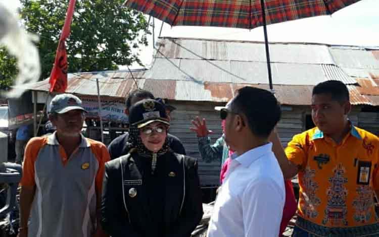 Wali Kota Palangka Raya Fairid Naparin saat berdiskusi dengan warga di kawasan Pelabuhan Rambang, Kamis (28/2/2019).