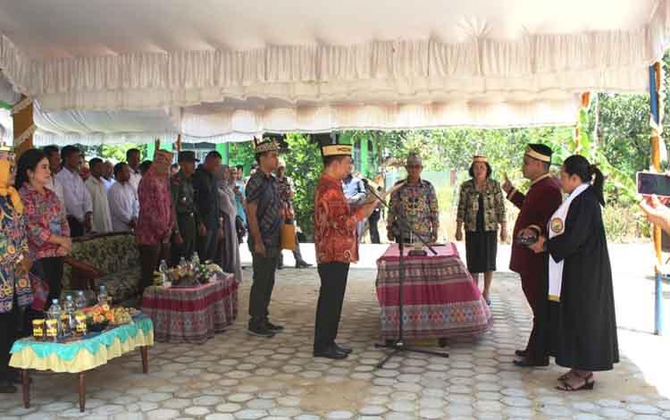 Bupati Kapuas Ben Brahim S Bahat saat melantik Damang Kecamatan Tamban Catur Tena Davitson pada Kamis (28/2/2019) sore.