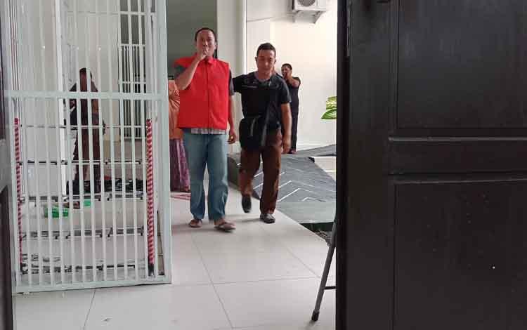 FH (rompi merah), terdakwa sabu, saat menuju ruang sidang Pengadilan Negeri Sampit, Kamis (28/2/2019).