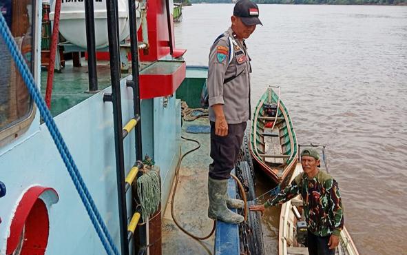 Anggota Polsek Lahei bersama warga saat mencari korban tug boat terbalik di Daerah Aliran Sungai Barito, Desa Papar Pujung, Kecamatan Lahei Barat, Kabupaten Barito Utara, Minggu (3/3/2019).