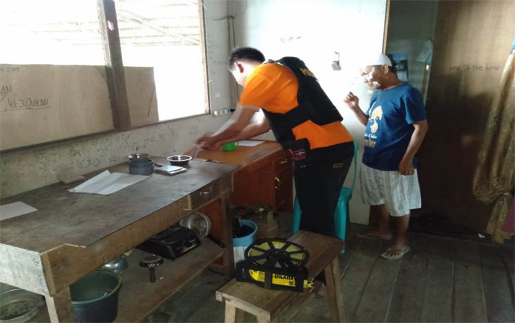 Anggota Polsek Mantangai mengecek lokasi perampokan