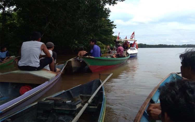 Warga mencari keberadaan Kristian dengan menggunakan perahu di Sungai Katingan, Kamis (7/3/2019)