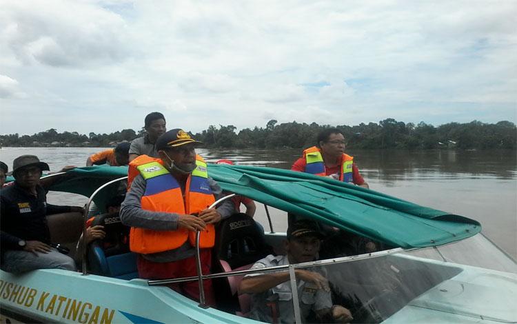 Bupati Sakariyas dan Sekda Nikodemus ikut mencari korban tenggelam di Sungai Katingan, Jumat (8/3/2019)
