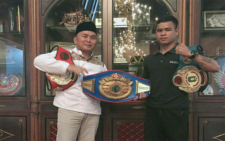Gubernur Kalteng, Sugianto Sabran berpose sambil memegang sabuk kejuaraan Hamson Eigor