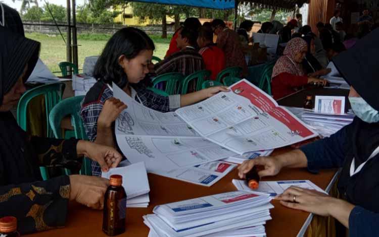 Proses sortir dan pelipatan surat suara Pemilu 2019 di KPU Kobar, Selasa (12/3/2019)