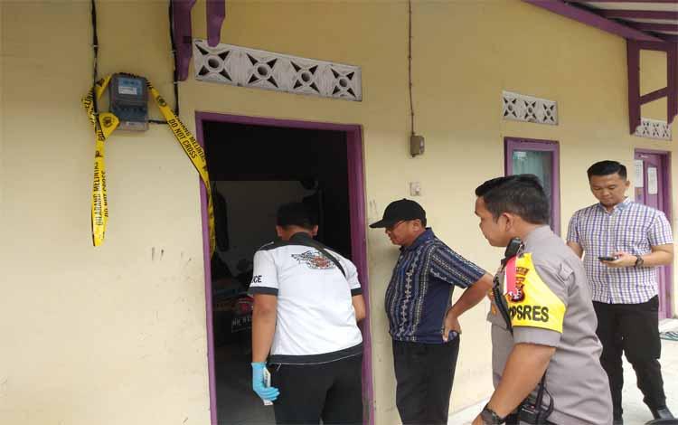 Aparat kepolisian mengecek barak yang menjadi tempat tinggal korban di Jalan Menteng XXII Palangka Raya, Selasa (12/3/2019)