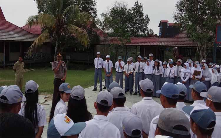 Para pelajar SMU dan SMP Tumbang Sanamang mengikuti sosialisasi Kamtibmas