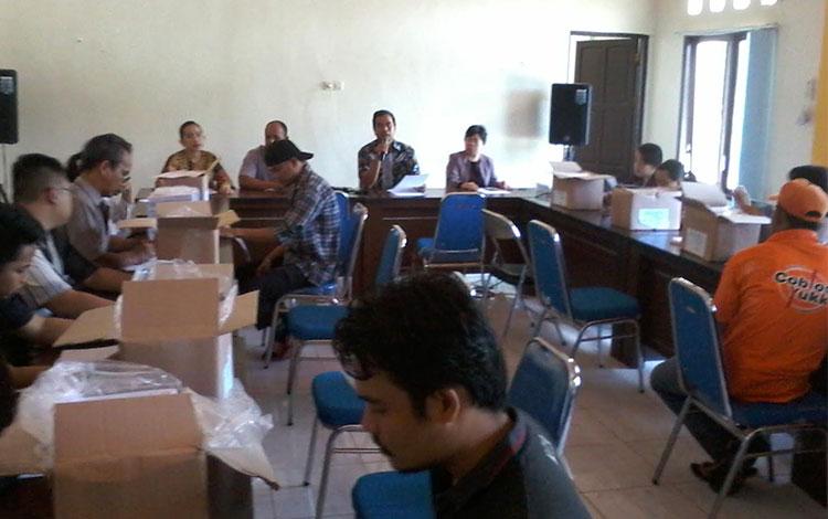 Ketua KPU Katingan Usman Sitepu memberikan penjelasan kepada petugas