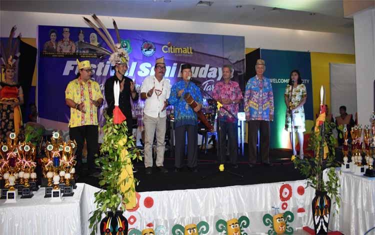 Wakil Bupati Kapuas Nafiah Ibnor menabuh gendang tanda dibukanya Festival Budaya Daerah Tingang Menteng Panunjung Tarung
