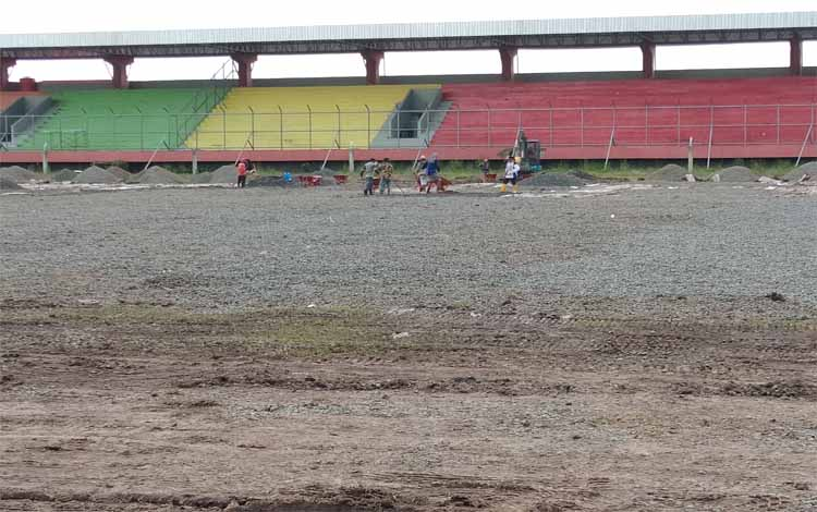 Lapangan Stadion Tuah Pahoe Palangka Raya sedang digarap menuju berstandar FIFA