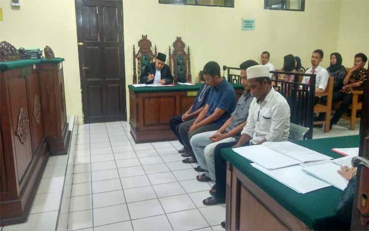 Keempat terdakwa menjalani sidang di Pengadilan Negeri Palangka Raya, Kamis (14/3/2019)
