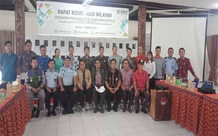 Komisioner KPU provinsi foto bersama dengan KPU DAS Barito