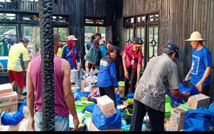 Bantuan yang diberikan kepada warga Desa Palangan korban kebakaran