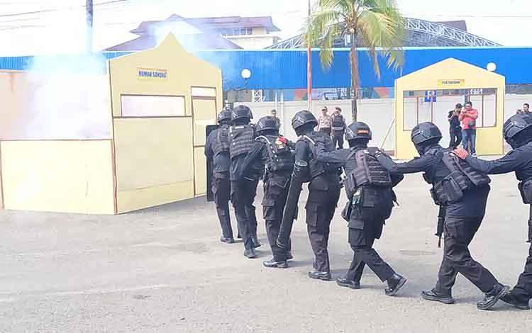 TIm escap CRT Polres Barito Utara saat melakukan penyelamatan sandera pada kegiatan simulasi sispamkota pemilu 2019