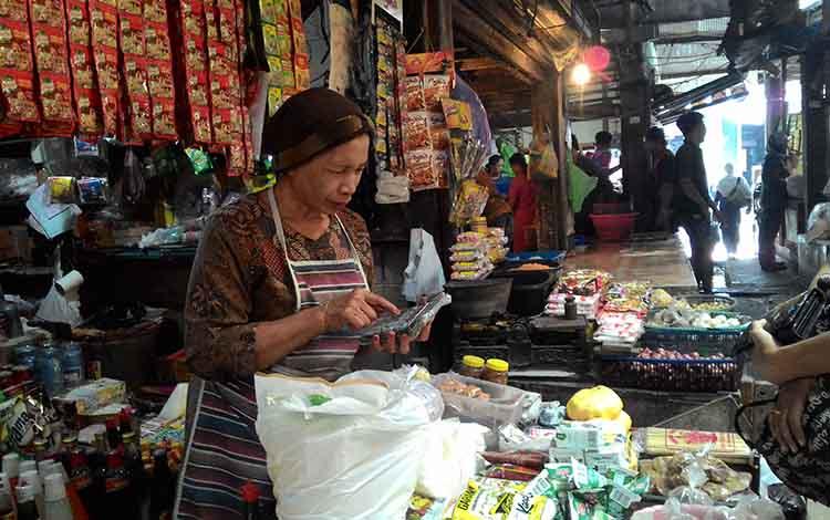 Pedagang sembako di pasar tradisional, Palangka Raya.